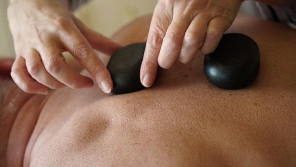 mains disposant des pierres sur le dos