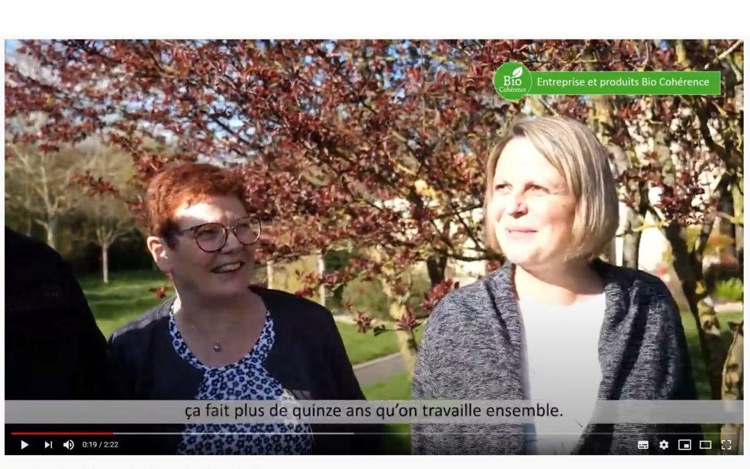 deux femmes dans un jardin