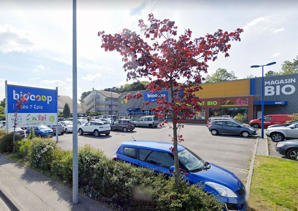 Lanester facade magasin avec parking devant