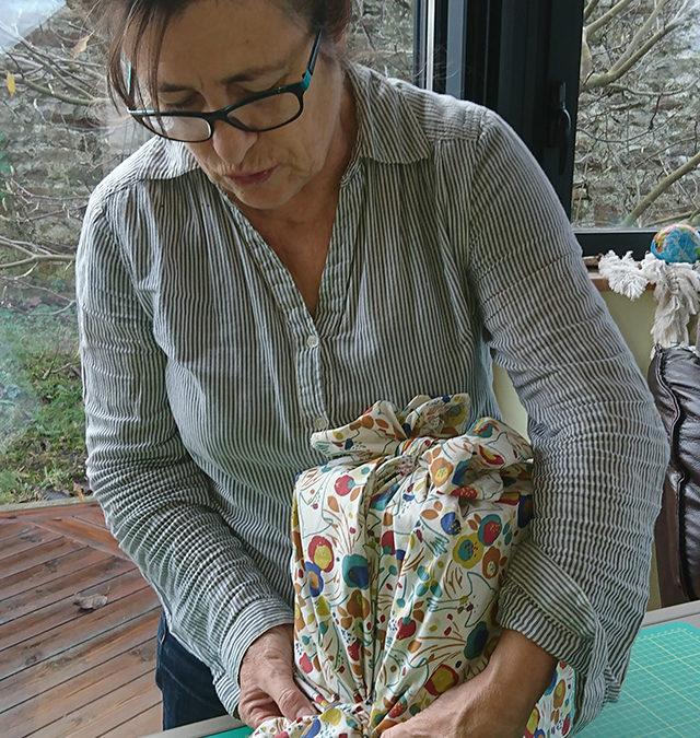 Atelier furoshiki, Christine vous apprend à emballer vos cadeaux avec du tissu